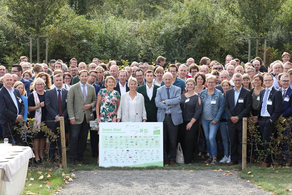 Alle ondertekenaars van de Green Deal Bedrijven en Biodiversiteit (foto departement Omgeving)
