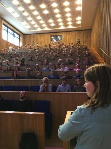 Foto van mensen in een auditorium
