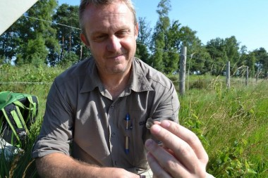 foto van onderzoeker met vlinder