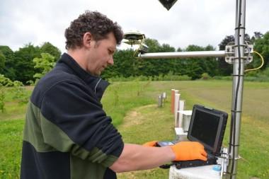 INBO medewerker input gegevens aan peilbuis