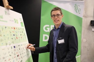 Lieven De Smet tekent namens INBO de Green Deal Bedrijven en Biodiversiteit (foto departement Omgeving)