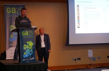 Dimitri Brosens neemt de prijs in ontvangst (foto GBIF)