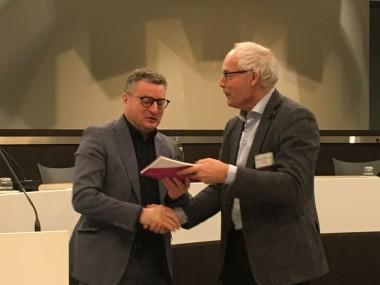 Maurice Hoffmann overhandigt het rapport aan de minister (foto INBO)