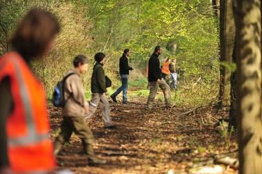 mensen op rij in het bos